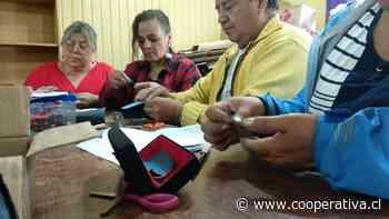 Adultos mayores de Pitrufquén realizan talleres de orfebrería y tejidos mapuche - Cooperativa.cl