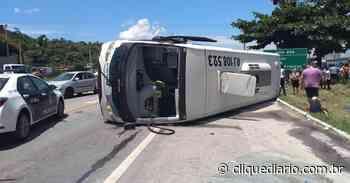 Ônibus tomba na BR-101, altura de Casimiro de Abreu, e deixa 18 pessoas feridas - Clique Diário