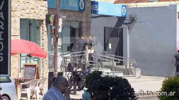 Golpe comando en Isidro Casanova: entraron a robar a un banco y fusilaron a uno de los cajeros - TN - Todo Noticias