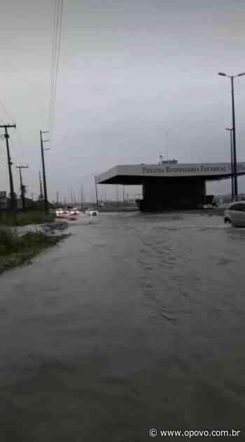 Após fortes chuvas, Rio Catu transborda e invade CE 040 - O POVO