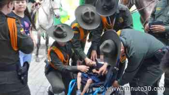 EN VIDEO: La Policía de Antioquia le entregó a una familia de Liborina una silla de ruedas para su peque ... - Minuto30.com