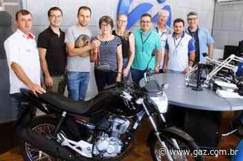 Promoção Caminhão de Prêmios entrega moto a ganhadora de Arroio do Tigre - GAZ
