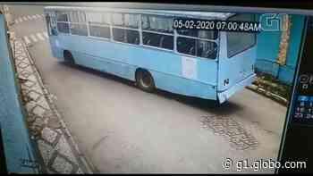 Ônibus da Prefeitura de Siqueira Campos fica sem freio e bate contra fachada de empresa; VÍDEO - G1