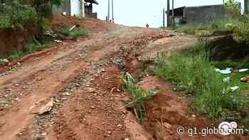 Ambulância 'derrapa' ao tentar subir rua de terra em Jarinu - G1