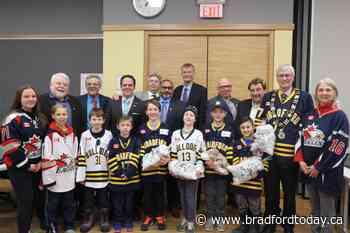 East Gwillimbury Eagles hockey team pop by to present gift to Mayor Rob Keffer - BradfordToday