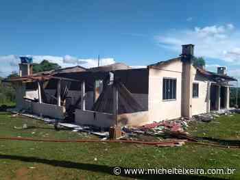 Bombeiros combatem incêndio em veículo e residência, em Fraiburgo - Michel Teixeira