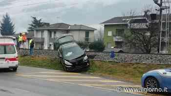 Cosio Valtellino, auto finisce sulla ferrovia dopo scontro sulla statale - IL GIORNO