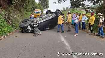 Un vehículo se volcó en la vía Marquetalia - Victoria - BC Noticias