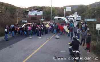 Bloquearon padres de familia la carretera Tixtla-Chilapa - La Prensa