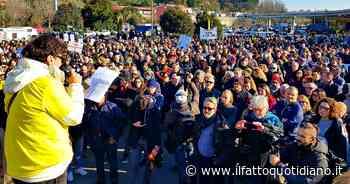 """Rifiuti Roma, 4mila persone al corteo a Ponte Galeria contro la nuova discarica: """"Presi in giro"""" - Il Fatto Quotidiano"""