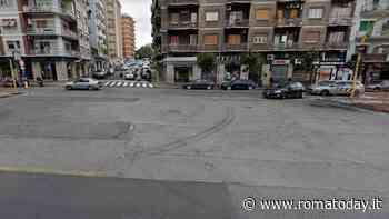 Via Tiburtina, olio sversato in strada dopo incidente: nessuno pulisce. Strada chiusa