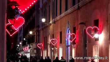 San Valentino, cuori con messaggi d'amore illuminano via Borgognona