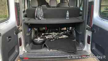 Via Tiburtina, saccheggiato il furgone di una band: rubati 10mila euro di pc e strumenti musicali