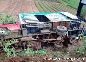 Caminhão de verduras tomba na zona rural de Sumidouro - Serra News
