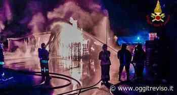 Vasto incendio a Brugnera, devastato un deposito di vernici. - Oggi Treviso