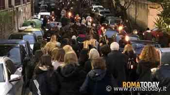 VIDEO   Incidente a Corso Francia, candele bianche e rosa: la fiaccolata per Gaia e Camilla
