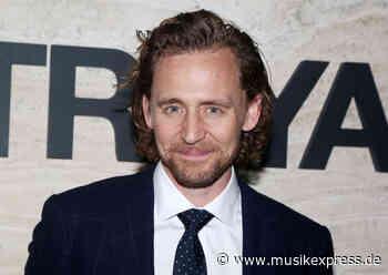 """Nach """"Loki"""": Tom Hiddleston wird in Netflix-Serie zum strauchelnden... - Musikexpress"""
