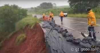 Chuva provoca erosão e interdita parte de rodovia em distrito de Pederneiras - G1