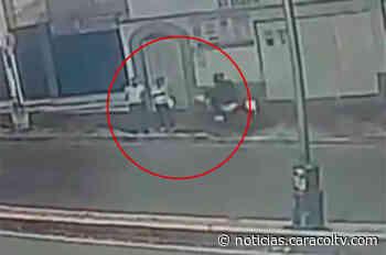 Ladrón en moto se trepa a andén y, por robarle el bolso, hiere a una abuelita - Noticias Caracol