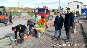 Borgonuovo, in corso i lavori di manutenzione in piazza Maestri del lavoro - LuccaInDiretta