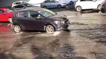 Caos vial por fuga de agua en Periférico y San Antonio - Noticias en la Mira