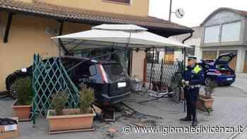 Schianto tra auto Ford finisce contro plateatico di trattoria - Il Giornale di Vicenza