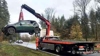 Mini landet bei Löhlbach im Graben, Fahrerin verletzt - HNA.de