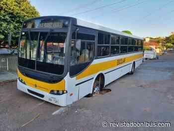SP: Ônibus escolar fica preso em buraco na cidade de Presidente Venceslau - REVISTA DO ÔNIBUS