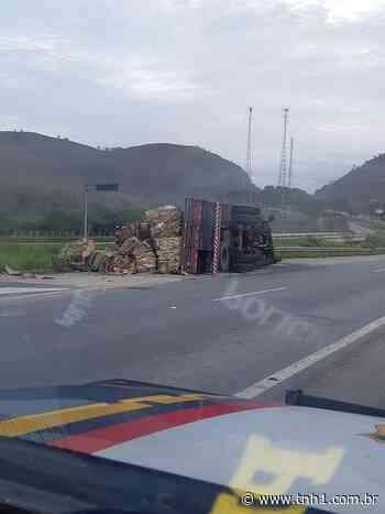 Caminhão carregado de papelão tomba em Joaquim Gomes - TNH1