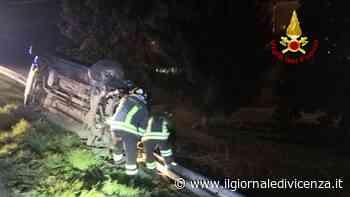 Auto resta in bilico su un fianco dopo lo schianto - Il Giornale di Vicenza