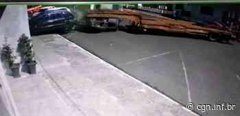 Câmera mostra carreta desgovernada atingindo carro no Centro de Salto do Lontra - CGN
