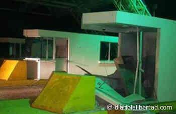 Destruyen con explosivos peaje entre El Banco y Guamal - Diario La Libertad