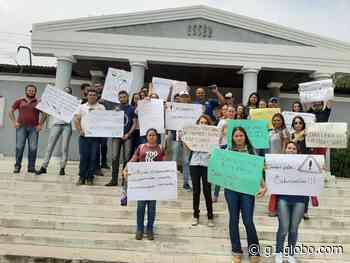 Alunos da Uneal de Santana do Ipanema protestam contra a falta de professores - G1