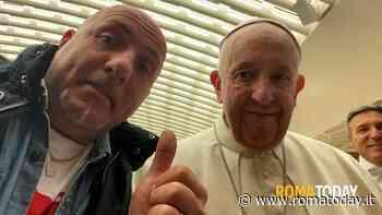 VIDEO | Un fedele regala a Papa Francesco i maritozzi con la panna: ''Santità, so boni''