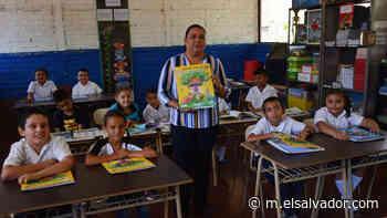 Niños de Pasaquina reciben libros de Guanaquín Escolar - elsalvador.com