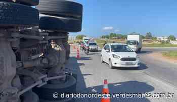 Motorista tenta fazer retorno na BR-116 e tomba carreta em Itaitinga - Diário do Nordeste