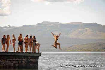 La playa del Lago Lolog es la elegida para lanzarse al agua - Diario Río Negro