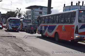 Contraflujo para mantener las rutas de buses urbanos en Santo Domingo - La Hora (Ecuador)