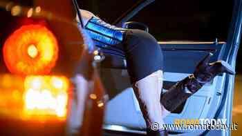 Brucia una cassetta della frutta per scaldarsi: prostituta denunciata