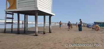 """Por fuertes vientos, la crecida del mar hizo """"desaparecer"""" la playa pública - Puntonoticias"""