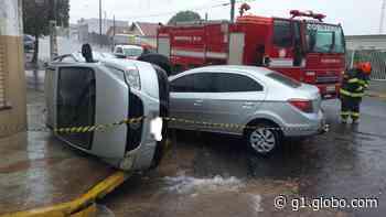 Batida de carros em cruzamento no Centro de Osvaldo Cruz deixa duas pessoas feridas - G1