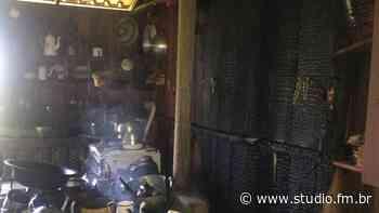Fogão a lenha causa incêndio no interior de Carlos Barbosa | Rádio Studio 87.7 FM - Rádio Studio 87.7 FM