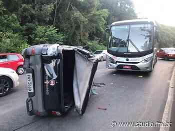 Acidente entre três veículos deixa uma pessoa ferida em Carlos Barbosa | Rádio Studio 87.7 FM - Rádio Studio 87.7 FM