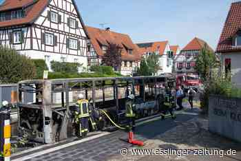 Als Brandursache vermutet die Polizei einen technischen Defekt: Kusterdingen: Linienbus brennt komplett aus - Fahrgäste retten sich ins Freie - esslinger-zeitung.de