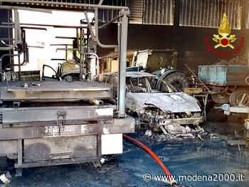 Auto ed attrezzature agricole distrutte a Crespellano in un incendio - Modena 2000