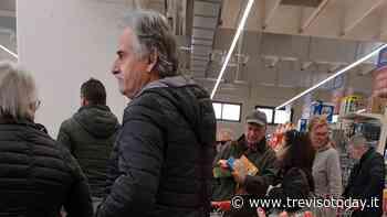 Caos al supermercato: «Una persona con tre carrelli, banco frigo della carne vuoto» - TrevisoToday