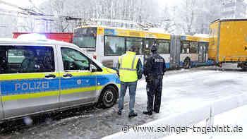 Schnee behindert den Verkehr in Solingen