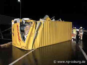 Kollision zwischen zwei Paketlastern: Päckchen auf Autobahn verteilt
