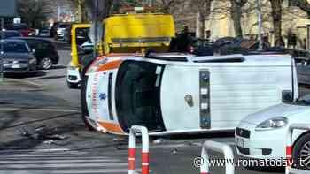 Incidente in viale Jonio: automedica ribaltata dopo scontro con una Clio, tre feriti