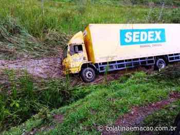 Caminhão dos Correios cai em ribanceira na ES-164, em Vargem Alta-ES - Colatina em Ação